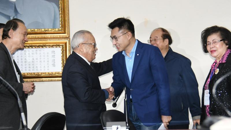 <br> 國民黨主席當選人江啟臣,接受眾人恭賀。( 圖 / 記者林調遜攝 )