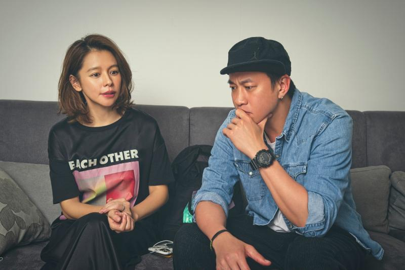 <br> ▲金鐘導演何潤東(右)自製全新黑暗懸疑影集《誰在你身邊》。(圖/頤東娛樂提供)