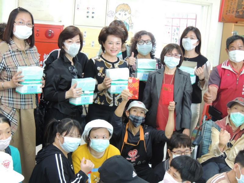 嘉義市婦聯關懷腦麻兒 捐贈500個口罩支援防疫
