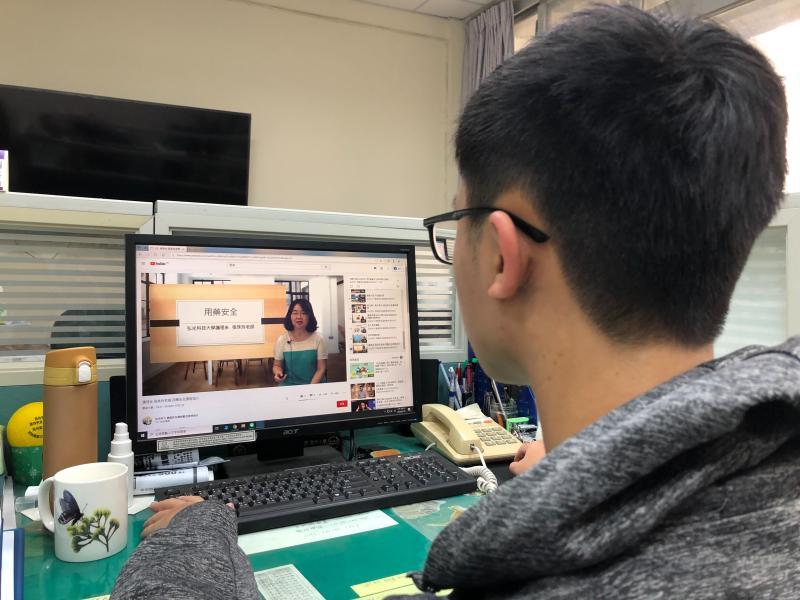 ▲疫情衝擊下線上學習夯,弘光老師拍片供民眾在家學習(圖/柳榮俊翻攝2020.3.10)