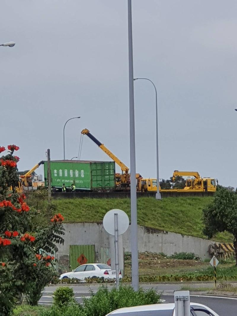 <br> ▲一輛聯結貨櫃車失控自撞內側護欄,導致車輛呈現「折甘蔗」。(彰化踢爆 圖/記者陳雅芳翻攝,2020.03.10)