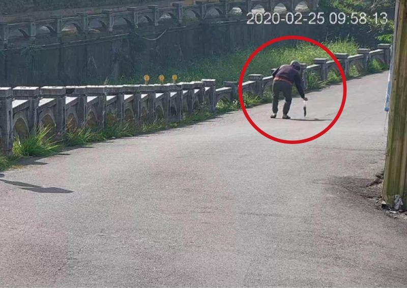<br> ▲機車騎士停車並拎著老鼠尾巴帶到路邊草叢外。(彰化市公所清潔隊提供 圖/記者陳雅芳翻攝,2020.03.10)