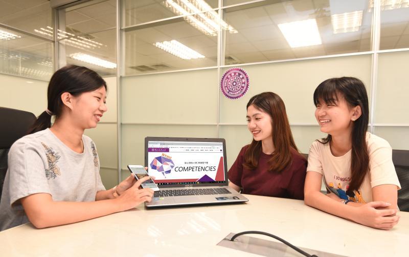 <b>清大</b>新版「讓素養飛」免費題庫上線    協助高中生考大學