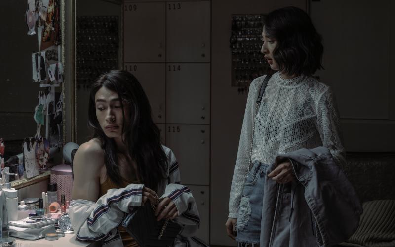 <br> ▲ 黃河(左)與李沐在《誰是被害者》中不僅是互動密切的酒店同事,更有著同居關係。(圖 / Netflix提供)