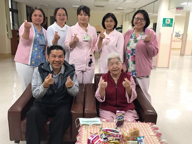 台中榮民總院嘉義分院護理之家婉拒萬元禮券饋贈,並表示:住民的健康,才是護理人員最好的禮物。