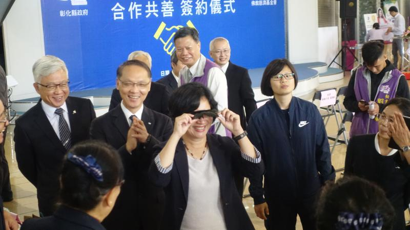 <br> ▲王惠美立刻試戴太陽眼鏡。(圖/記者陳雅芳攝,2020.03.12)