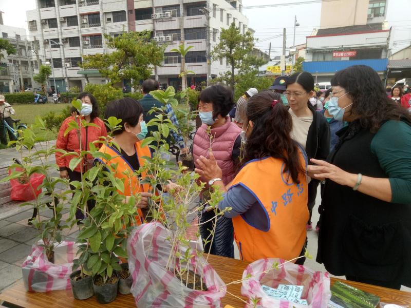 影/田中鎮公所火車站前舉辦<b>植樹</b>節贈樹苗活動