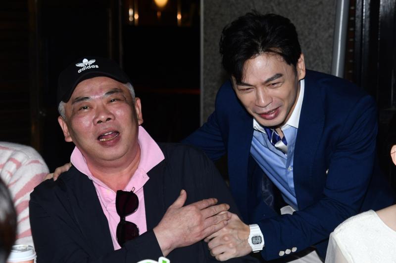▲馮凱導演(左)也插花演出《練愛iNG》。(圖/記者林柏年攝)