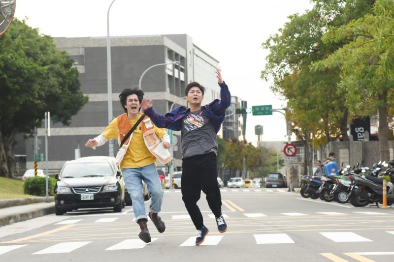 <br> ▲王為、邱逸峰飾演耍笨兄弟。(圖 / 緯來電影台提供)