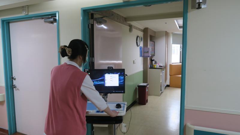<br> ▲彰化醫院護理人員推行動式通訊平台到病房。(圖/記者陳雅芳攝,2020.03.13)