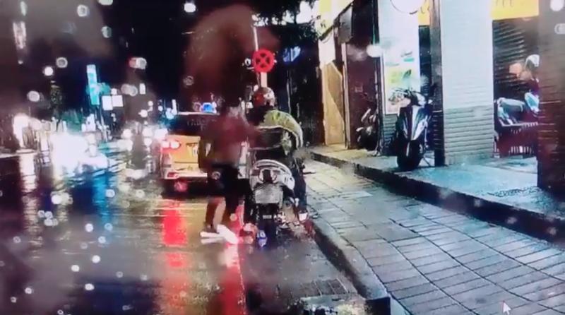 ▲王姓男子因為「買晚餐」的問題和妻子吵架後,竟為了宣洩怒氣,持刀下車往停在路旁的 33 歲林姓男機車騎士的背後捅刺。(圖/翻攝自影片)
