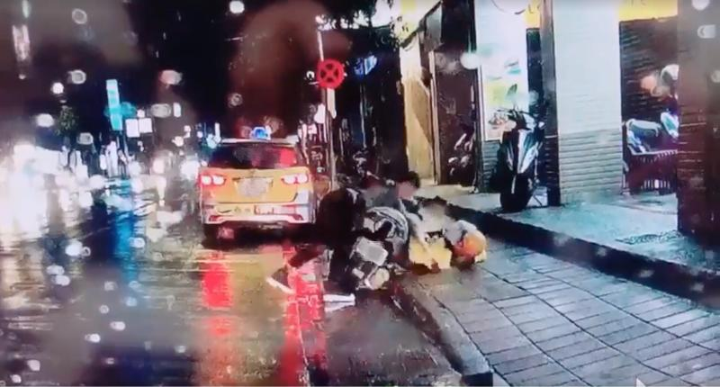 新店男拿刀隨機捅人「宣洩怒氣」 無辜民眾噴血<b>慘死</b>