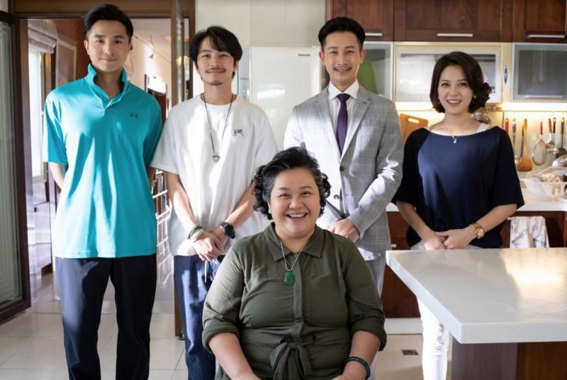 ▲王少偉(左起)、楊銘威、Darren、蘇晏霈與鍾欣凌母子合照。(圖