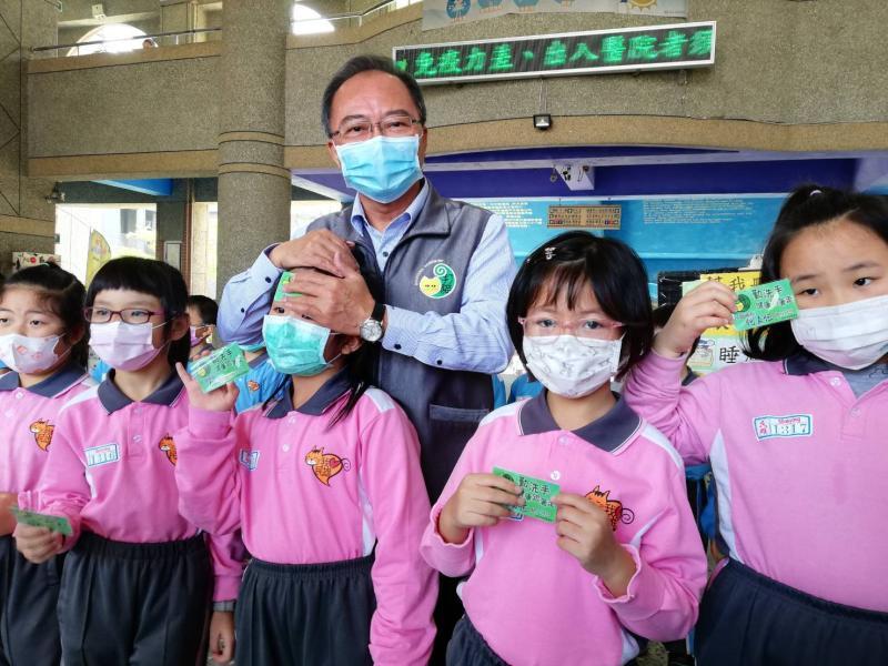 民雄公所贈額溫卡 鄉內國中小學生隨手測