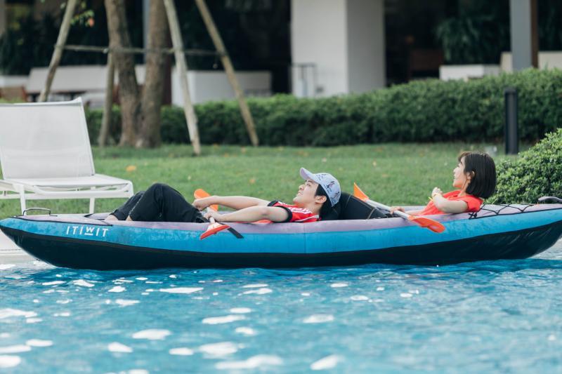<br> ▲顏毓麟(左)和大元自暴自棄躺在船上。(圖 / 藝和創藝提供)