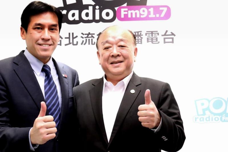 國民黨不分區立委吳斯懷(右)、主持人黃暐瀚(左)。(圖/POP提供)