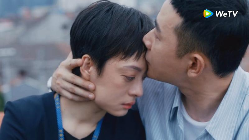 <br> ▲孫儷(左)與羅晉在《安家》上演屋頂之吻。(圖 / WeTV提供)