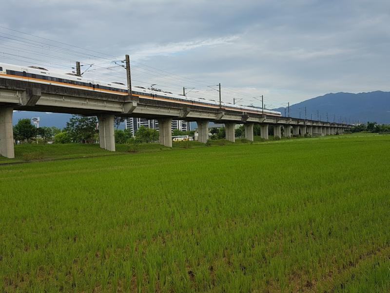 宜蘭縣政府今(18)日收到台鐵同意「宜蘭鐵路立體化建設及周邊土地開發可行性研究計畫」公文,象徵宜蘭鐵路高架向前邁進一大步