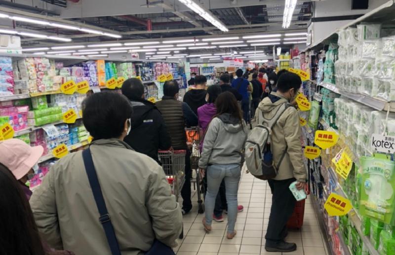 ▲有時逛超市,都會看到許多人正在排隊等待結帳。(圖/NOWnews資料照)