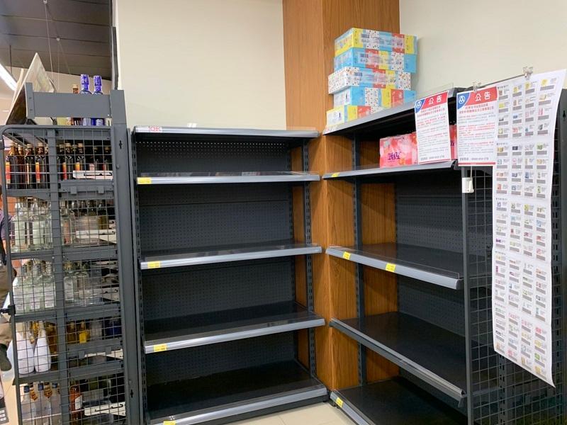 <br> ▲超市的衞生紙幾乎已經架空。(圖/記者陳惲朋攝,2020,03,19)