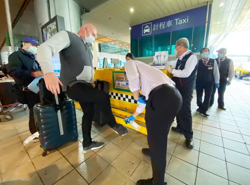 旅客搭防疫計程車消毒作業