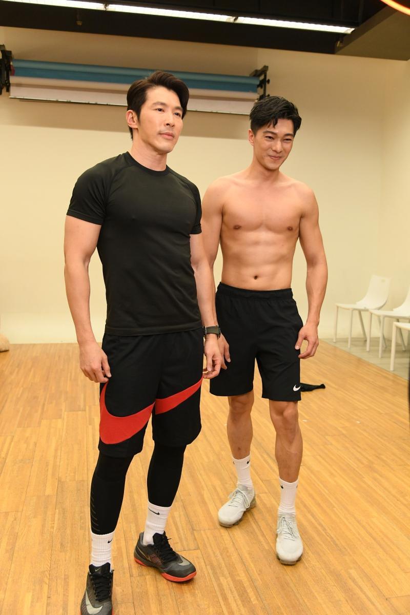 <br> ▲黃少祺(左)小鮮肉師弟白佳偉,在直播中大秀肌肉。(圖 / 三立提供)