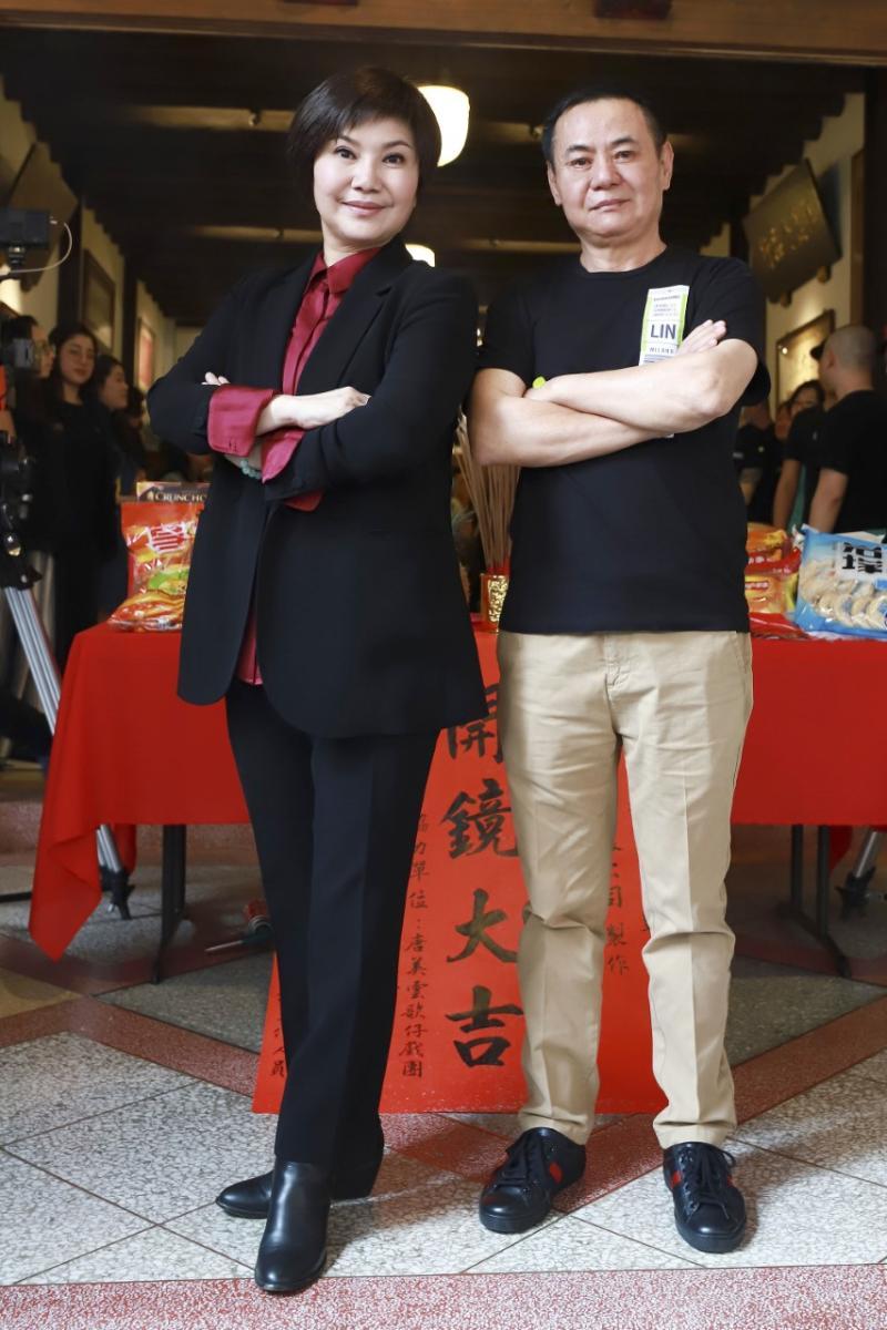 <br> ▲蔡振南(右)喜歡這一次劇組替自己找的戲服,沒想到自己這麼帥。(圖 / 民視提供)