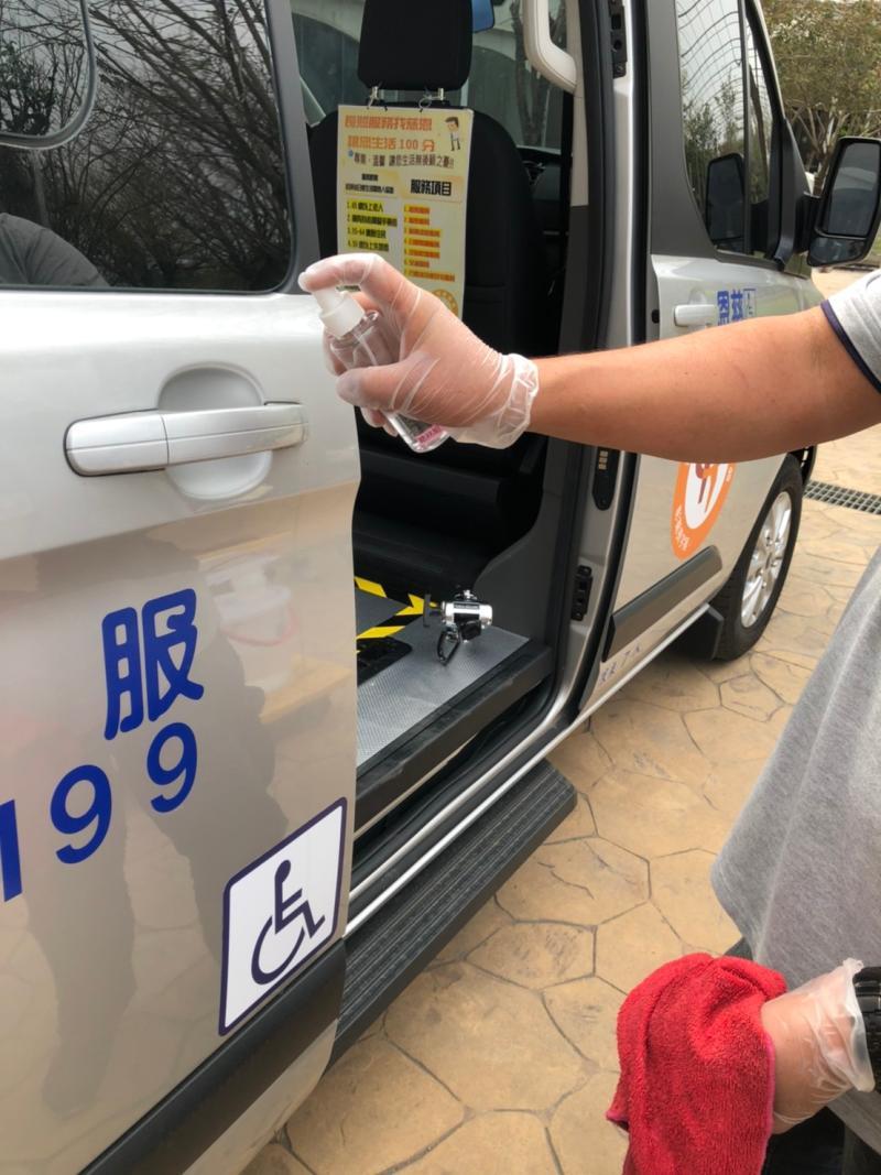 <br> ▲社福長照機構車輛都落實消毒工作。(圖/記者陳雅芳攝,2020.03.21)