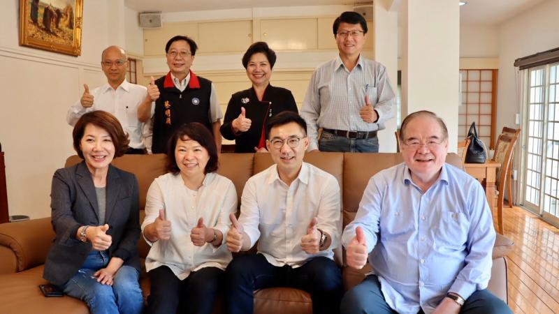 國民黨主席江啟臣22日率祕書長李乾龍等人,南下與嘉義市長黃敏惠交換意見。(圖/國民黨提供)