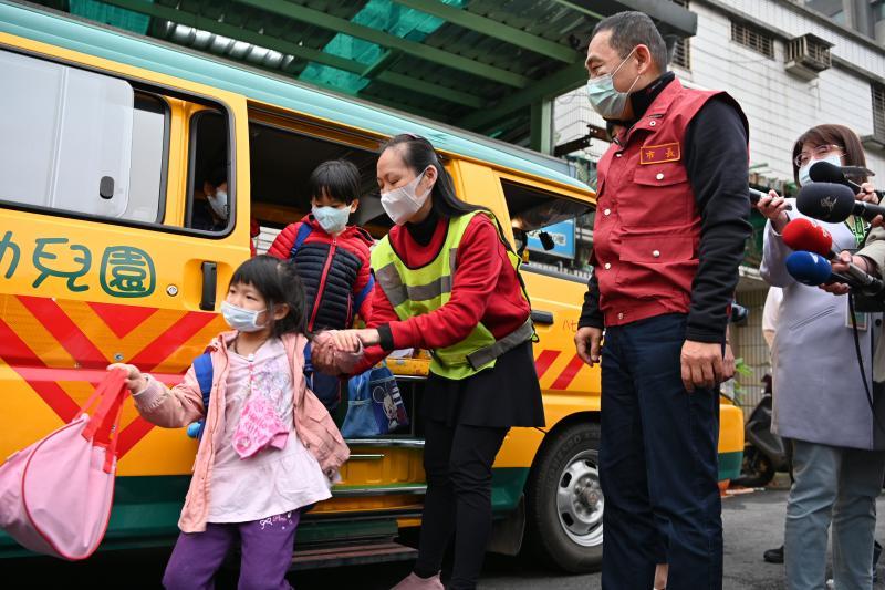 讓孩子們安心上學 侯友宜:視察<b>幼童車</b>防疫措施