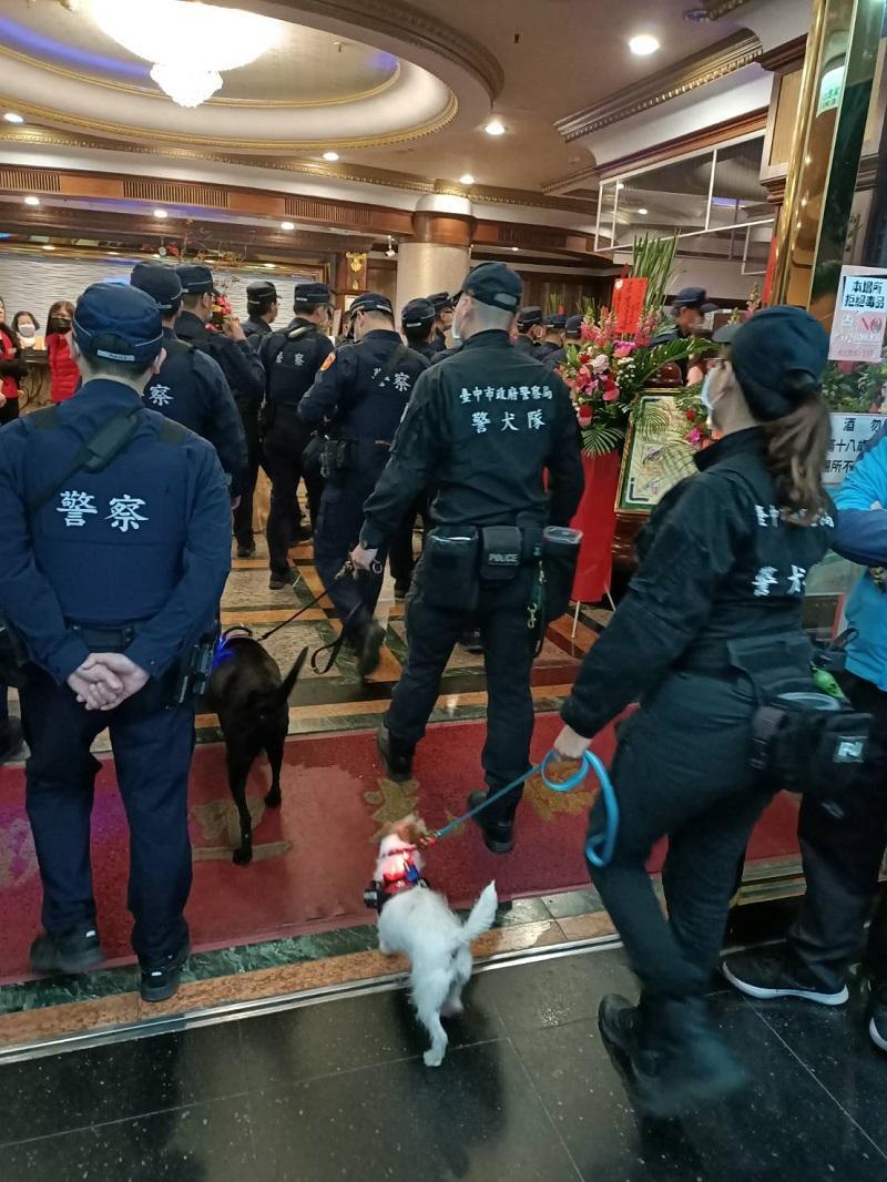 <br> ▲中市警五分局與警犬隊針對北屯區娛樂場所做治安與防疫把關(圖/警方提供)