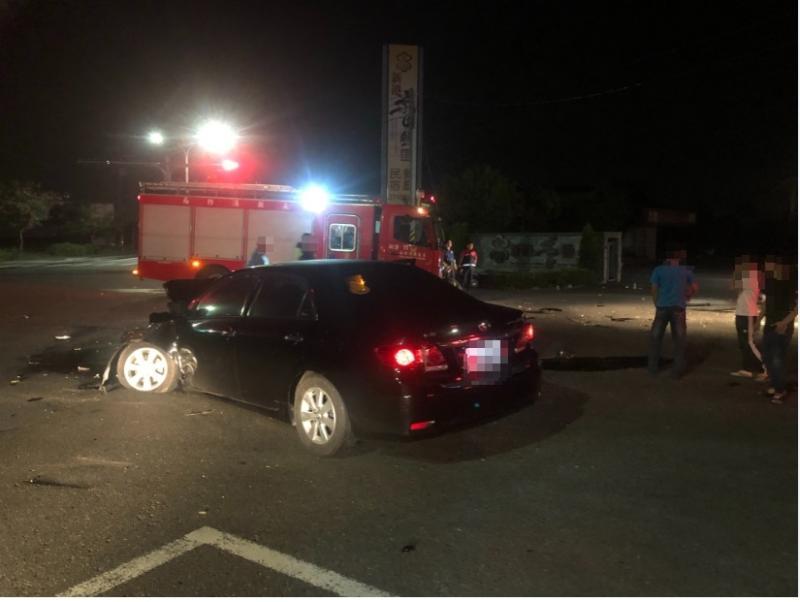 黑車疑因強力撞擊後車頭全毀,消防車都到場戒備。