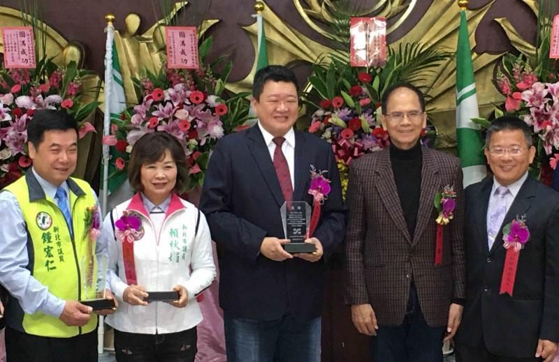 ▲新北市議員何博文(左三)獲得議會同僚的支持,且「正國會」目前也頃向支持何博文。(圖/記者陳志仁攝)