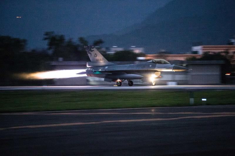快訊/F-16花蓮外海失聯 空軍派出黑鷹直升機搜救