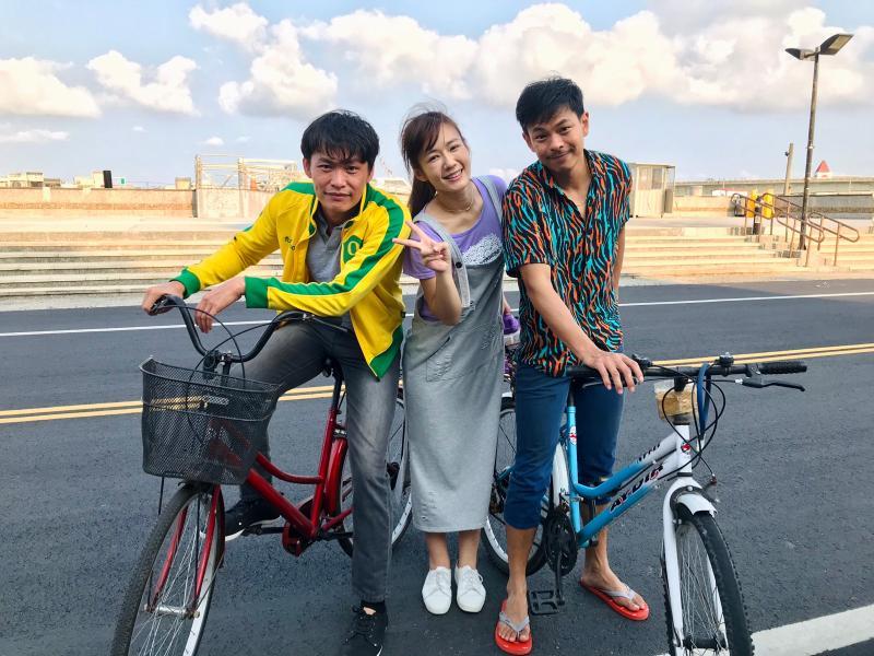 ▲黃鐙輝(左)在劇中騎腳踏車談戀愛。(圖 / 民視提供)
