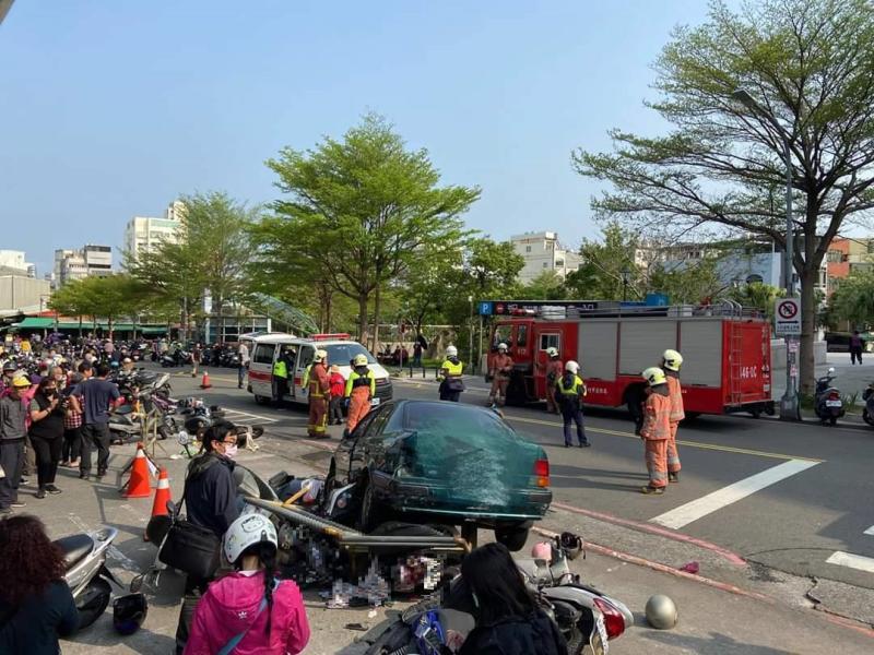 竹市8旬老翁菜市場倒車暴衝 釀一死2傷
