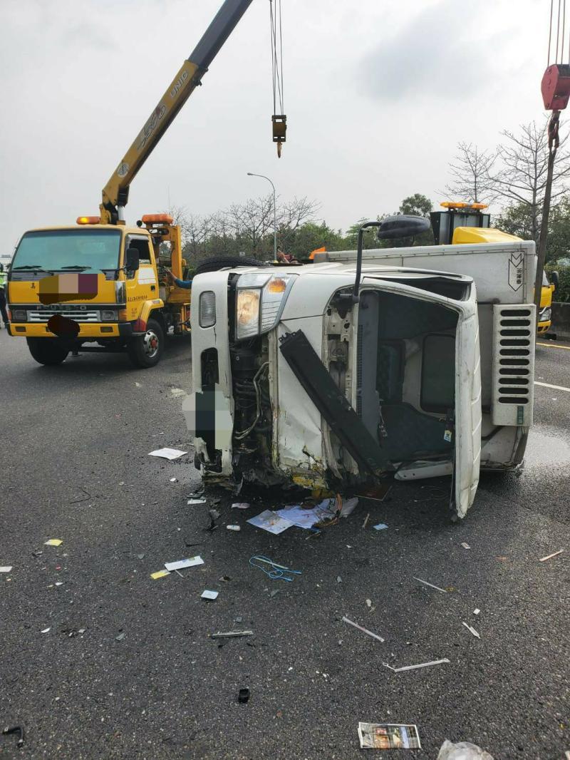 小貨車撞擊施工緩撞車