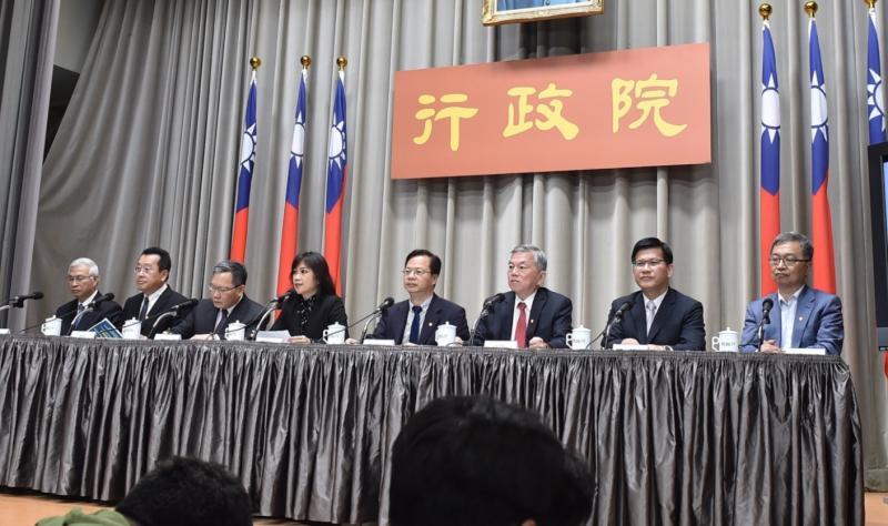 行政院24日發布「政府挺你、安心防疫」第二波紓困方案。(圖/行政院提供)