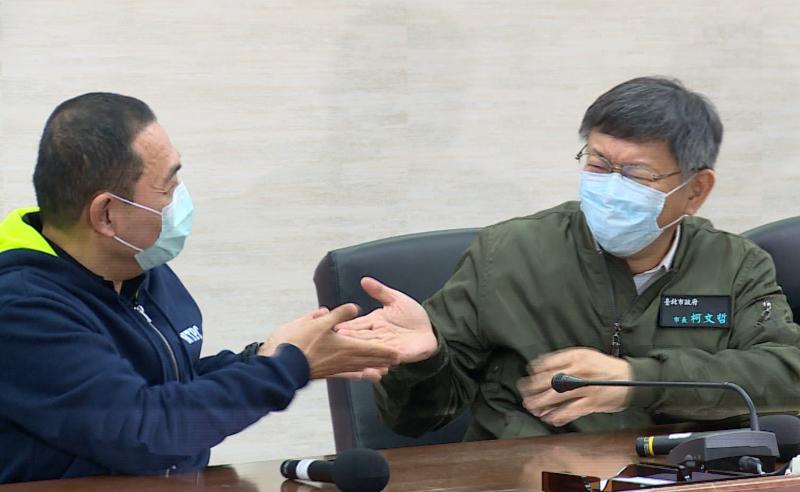 新北市長侯友宜與台北市長柯文哲,在聽聞「順時中、順貞昌」等議題後,相互大笑後還互推發言權。