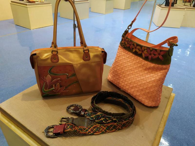 <br> ▲白梅蘭皮革作品兼具藝術、實用及創作性。(圖/記者葉靜美攝)
