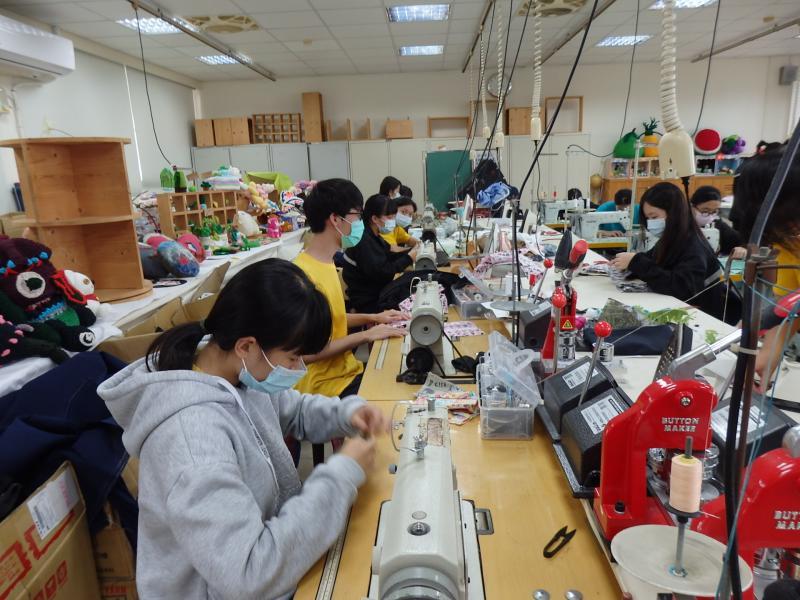 <br> ▲員林家商家政科二年級學生仿照成衣大貨生產模式,分組分工進行製作,以加速生產效率。(圖/記者陳雅芳攝,2020.03.26)