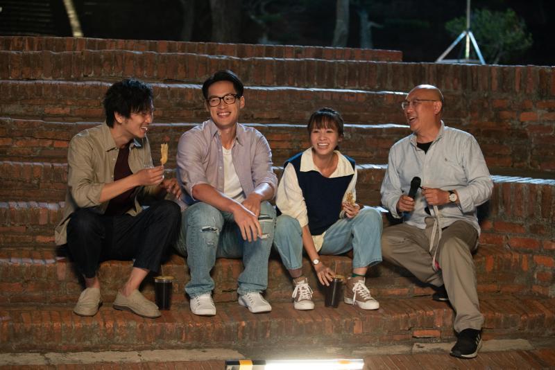<br> ▲演員(左起)張書偉、許孟哲、黃姵嘉、導演鄧安寧拍攝現場歡樂。(圖 / 公視提供)