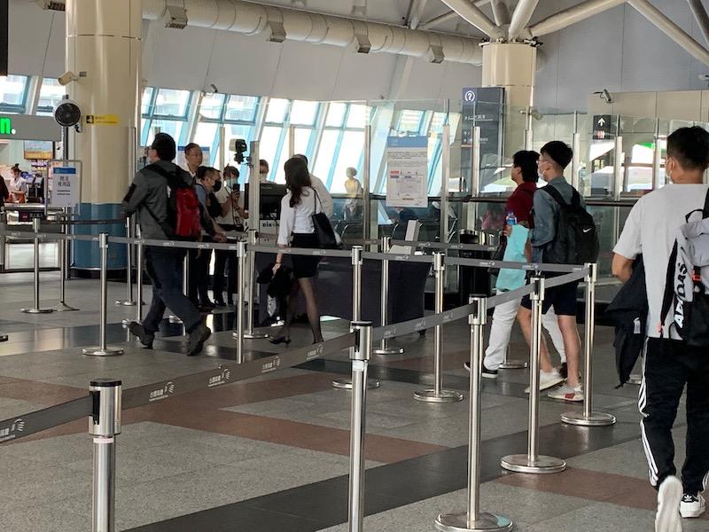 高鐵嘉義站即起以紅外線體溫量測儀為旅客量測體溫。
