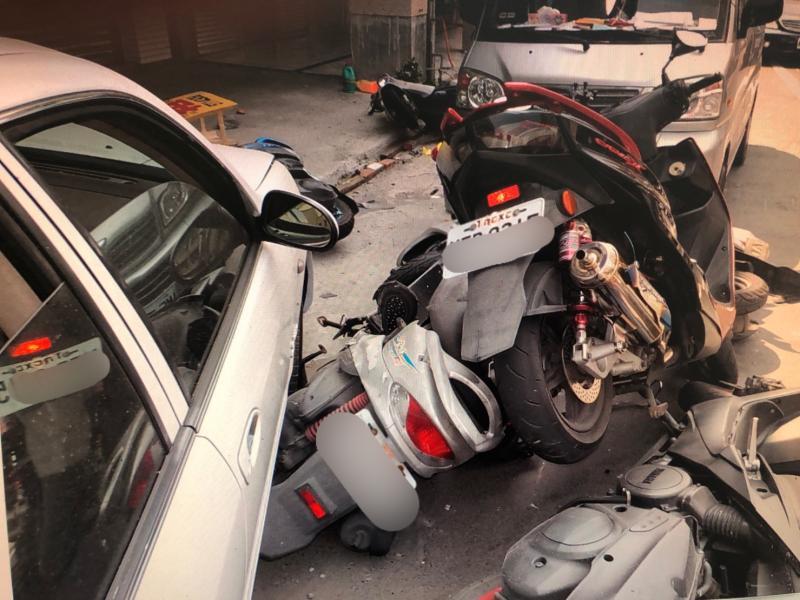 疑錯踩油門導致車子暴衝釀禍