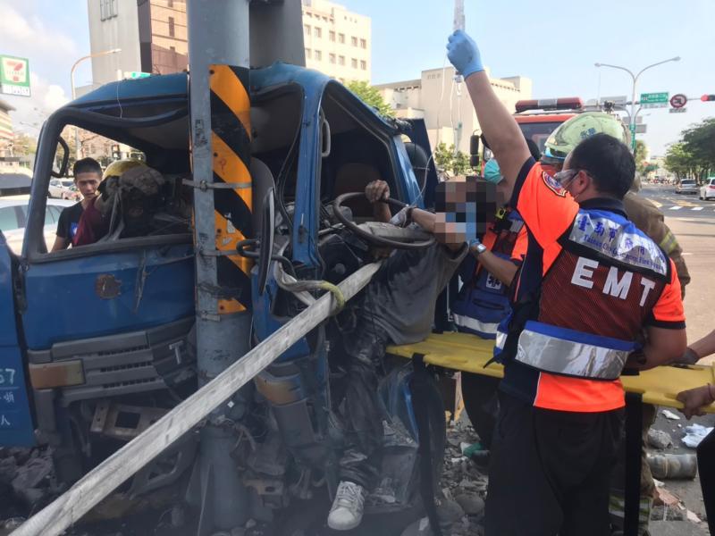 台南貨車自撞電桿 駕駛人<b>受困</b>搶救送醫