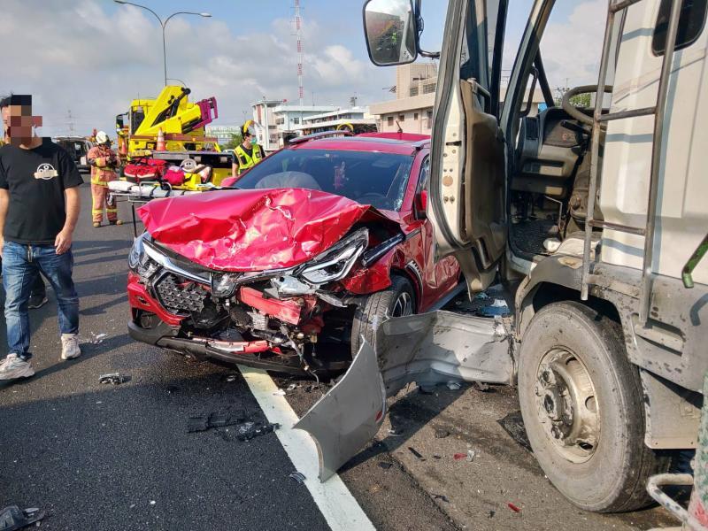 <br> ▲北斗交流道約2公里處發生8部大小車追撞事件,車體殘骸碎一地。(圖/記者陳雅芳翻攝,2020.03.27)