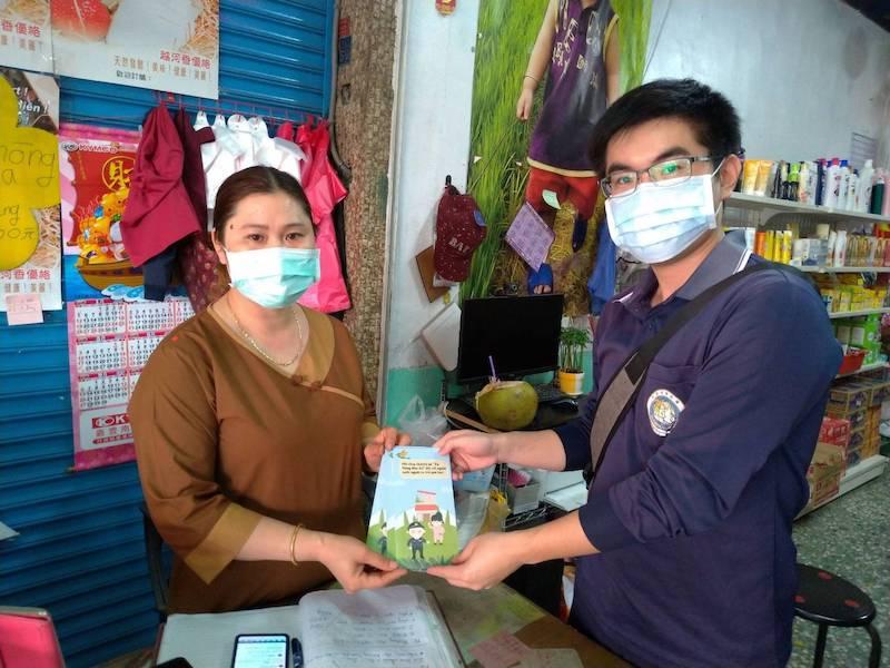 移民署嘉義縣專勤隊派員到縣內東南亞商店,發放多國語言版本手冊宣導專案內容及防疫衛教觀念。