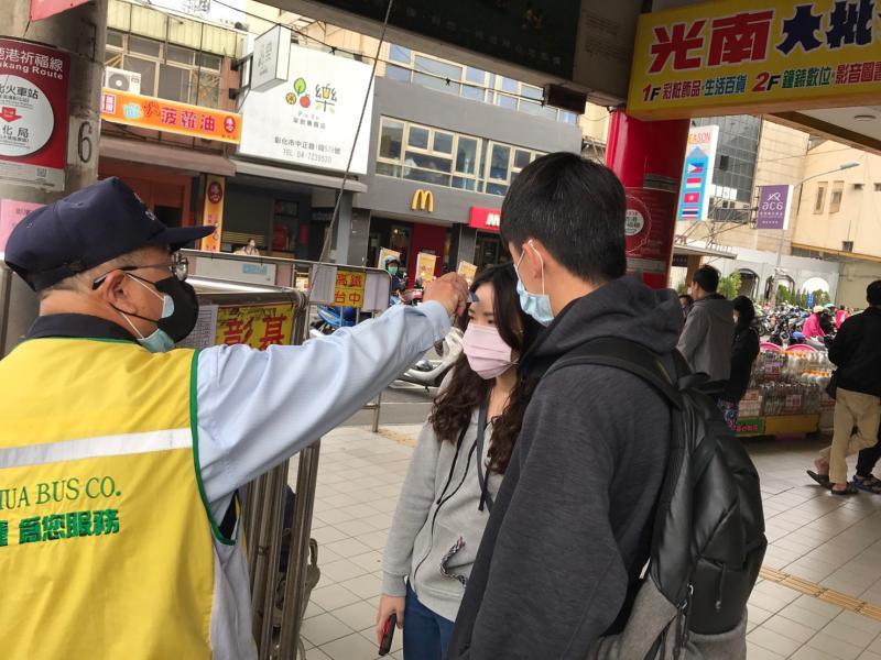 <br> ▲落實執行為乘客量體溫。(圖/記者陳雅芳攝,2020.03.28)