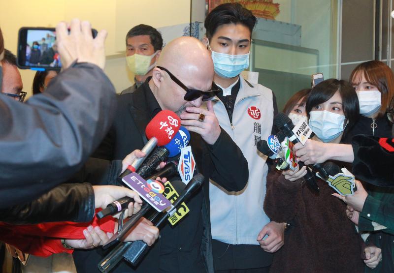 辛龍離開靈堂「掩面哭泣」 哽咽對媒體說二句話
