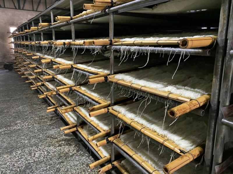 <br> ▲將成熟冷卻的米粉鋪排在竹編上,送進風吹乾燥室,讓它吹風散熱乾燥。(圖/記者陳雅芳攝,2020.03.29)